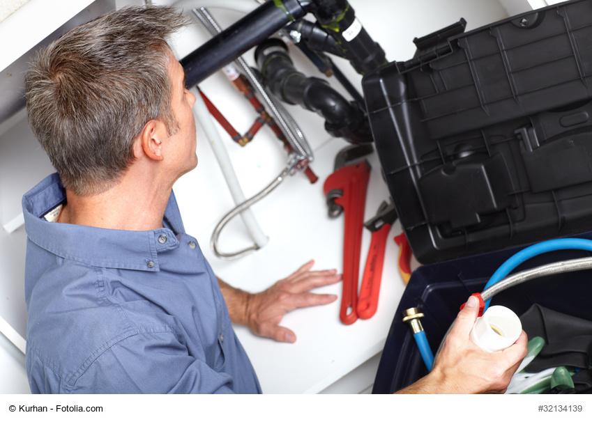 Ein Facility Manager repariert etwas