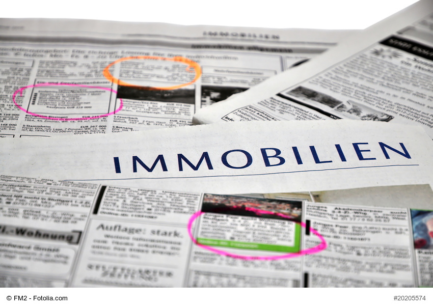 Zeitungen auf denen Immobilienanzeigen eingekreist sind.