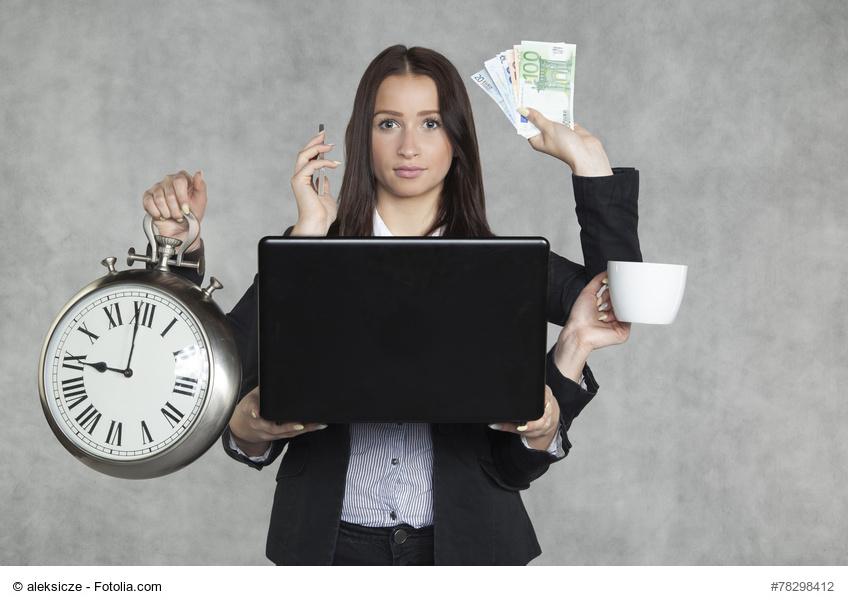 Eine Frau hält in 6 Armen eine große Uhr, einen Laptop, ein Handy, Geldscheine und eine Tasse als Synonym dafür, dass auch Social Media Marketing Kosten verursacht
