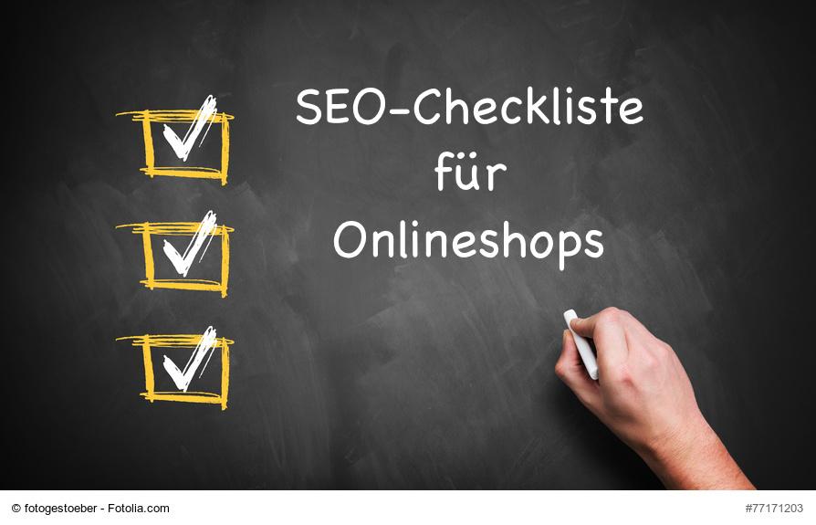 """Schwarze Tafel auf der drei Kästchen mit weißen Haken gemalt sind und eine Hand schreibt """"SEO-Checkliste für Onlineshops"""""""