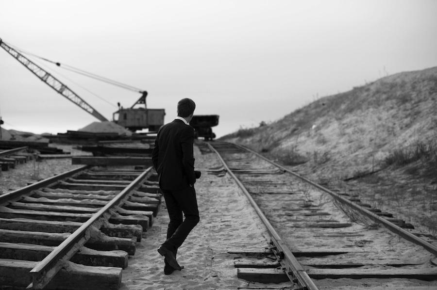 Ein Mann im Anzug läuft über eine Baustelle