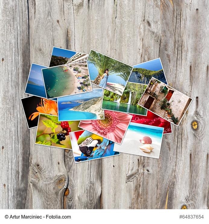 Verschiedene Fotos liegen auf einem Holzbrett verteilt